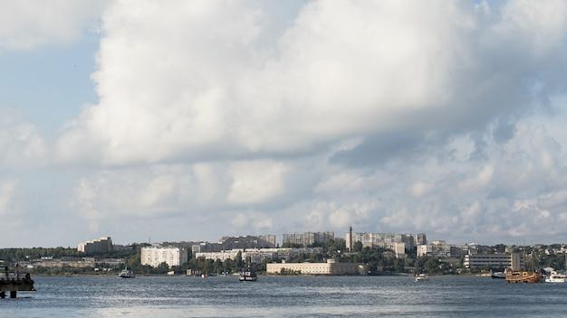 Paisagem bonita do oceano com tempo nublado Foto gratuita