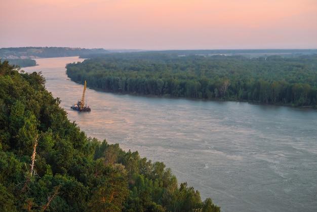 Paisagem bonita do rio com costas verdes e navio com espaço da cópia. Foto Premium