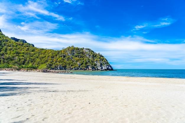 Paisagem bonita natureza tropical ao ar livre do oceano do mar e praia em pranburi Foto gratuita