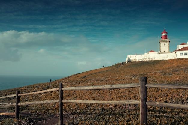Paisagem, cabo roca em uma rocha íngreme nas margens do oceano atlântico em um dia de outono em portugal Foto Premium