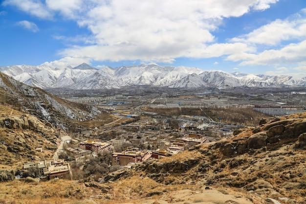 Paisagem com montanhas nevadas Foto gratuita