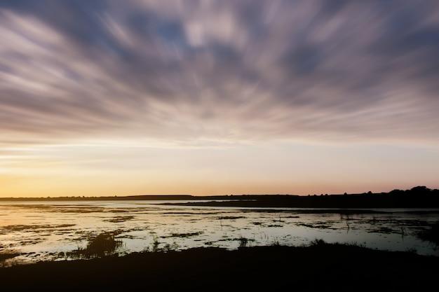 Paisagem com pôr do sol à beira mar Foto Premium