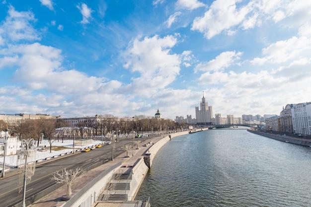 Paisagem da cidade com vista no kremlin de moscou e reflexões nas águas do rio moskva. Foto Premium