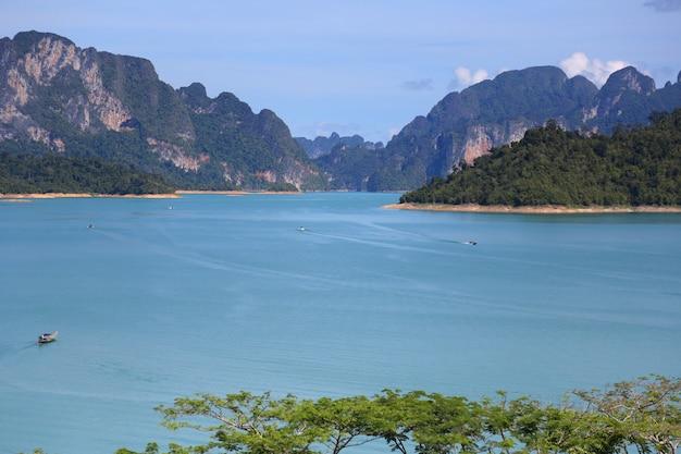 Paisagem da montanha do mar e céu Foto Premium