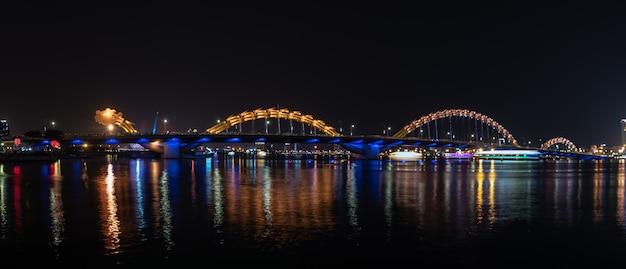 Paisagem da opinião da noite da ponte do dragão através do rio no da nang, vietname. Foto Premium