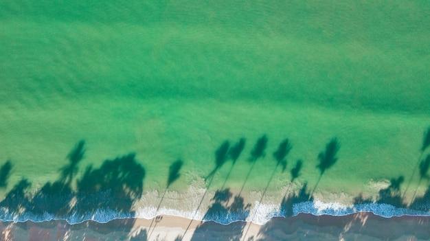 Paisagem da vista aérea da praia ou do beira-mar, krabi tailândia. Foto Premium