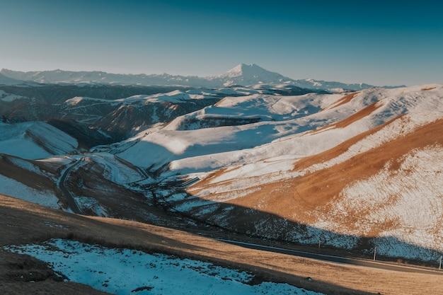 Paisagem das montanhas nevadas do cáucaso. Foto Premium
