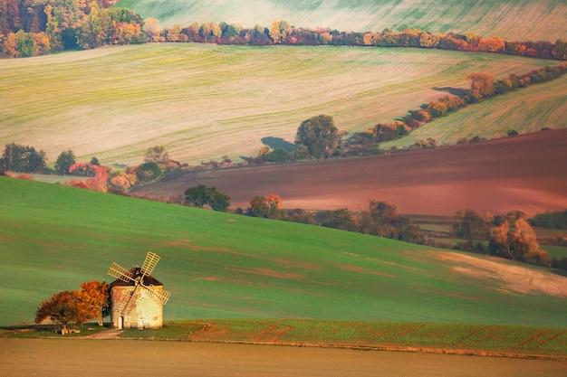 Paisagem de campos com velho moinho de vento no sul da morávia, república checa Foto Premium