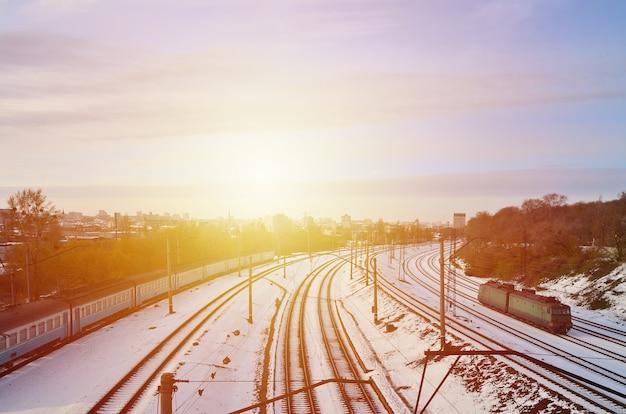 Paisagem de inverno com um trem de estrada de ferro contra um fundo de céu nublado Foto Premium
