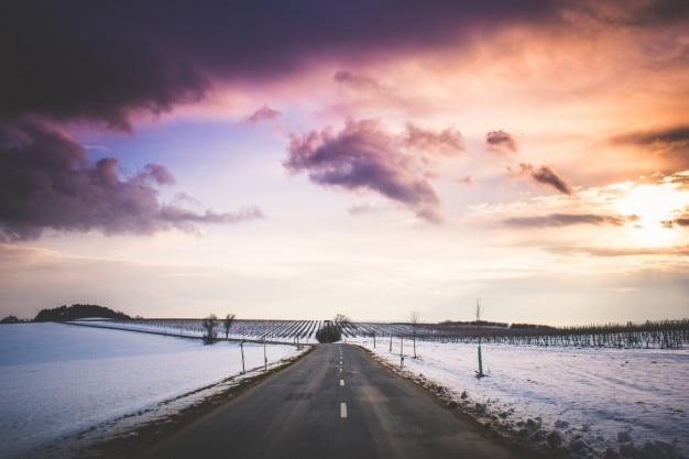 Paisagem de inverno estrada Foto gratuita