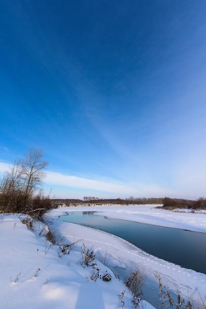 Paisagem de inverno. o rio não congelou completamente. Foto Premium