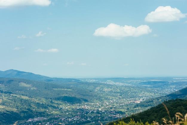 Paisagem de montanha de fundo contra o céu azul Foto gratuita