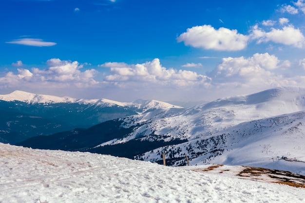 Paisagem de montanha de neve contra o céu azul Foto gratuita