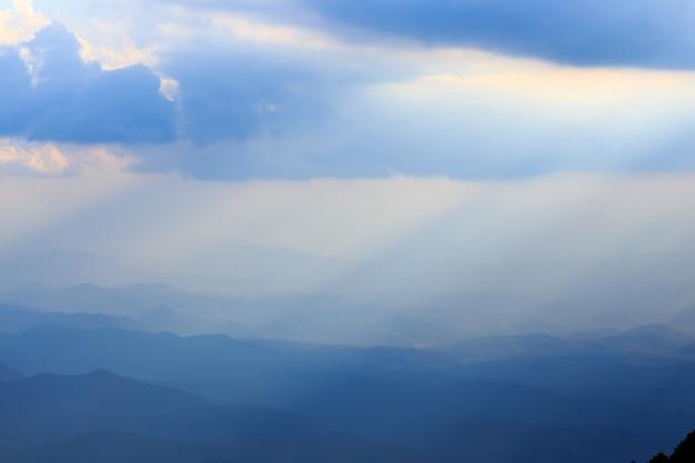 Paisagem de montanha e luz quente e chuvosa na natureza, doi inthanon, tailândia chiangmai Foto Premium