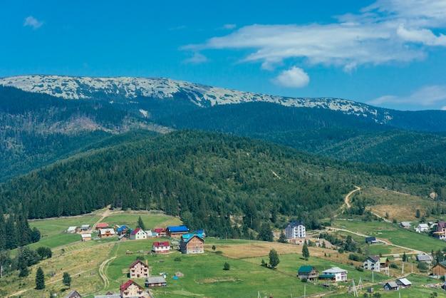 Paisagem de montanha idílica nos alpes com prados e casas Foto gratuita