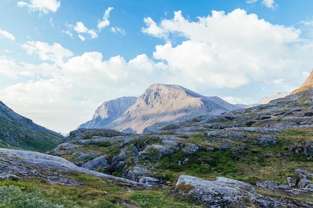 Paisagem de montanha rochosa contra o céu azul Foto gratuita