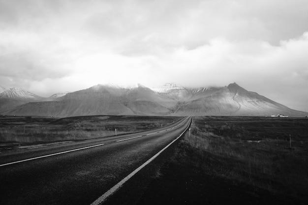 Paisagem, de, montanhas, em, preto branco Foto gratuita