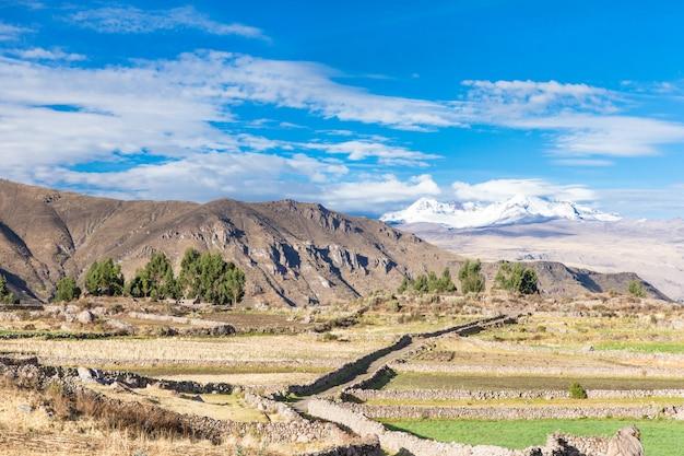 Paisagem de montanhas no peru Foto Premium