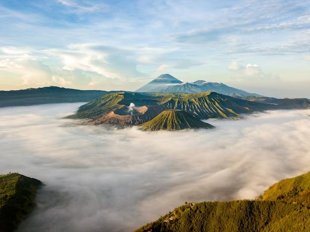 Paisagem de montanhas nubladas Foto gratuita