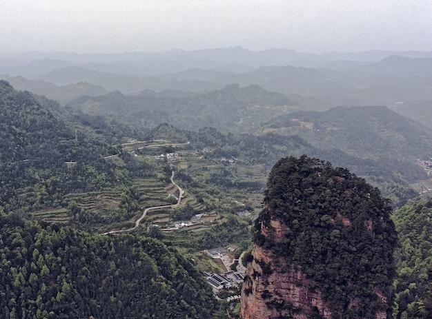 Paisagem de montanhas rochosas cobertas de vegetação e névoa - ótimo para papéis de parede Foto gratuita