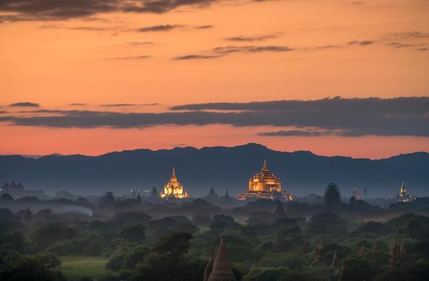 Paisagem de pagode sob um pôr do sol quente ao entardecer na planície de bagan, mianmar. Foto Premium