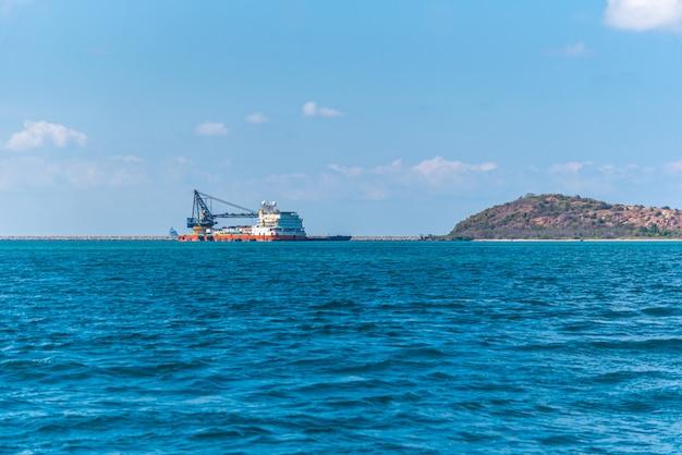 Paisagem de praia e mar com praia de rocha do recife Foto Premium