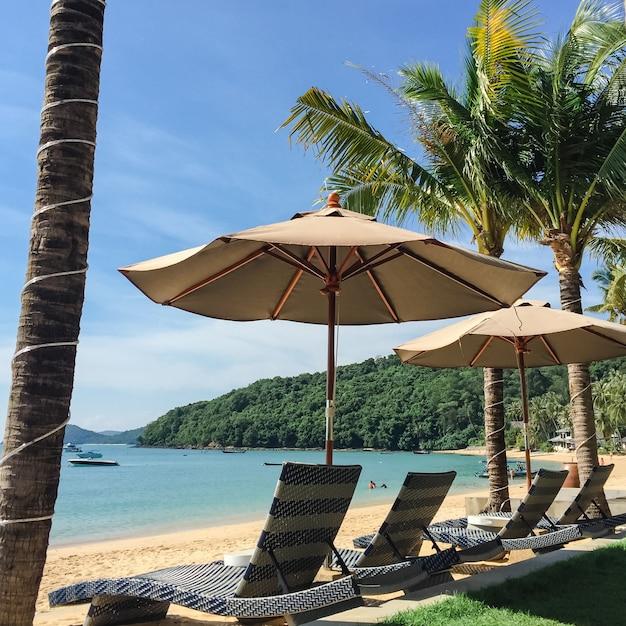 Paisagem de praia tropical com espreguiçadeira e guarda-sol, de nosy be, madagascar - filtro de luz vintage. Foto gratuita
