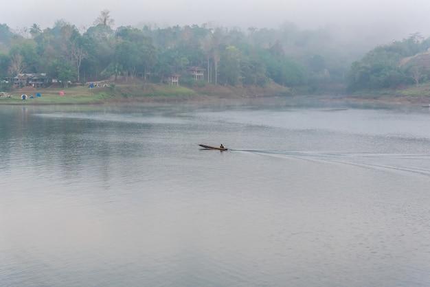 Paisagem, de, rio, e, cauda longa, bote, ou, houseboat, com, manhã, névoa, e, coolness, de, predawn, nevoeiro, i Foto Premium