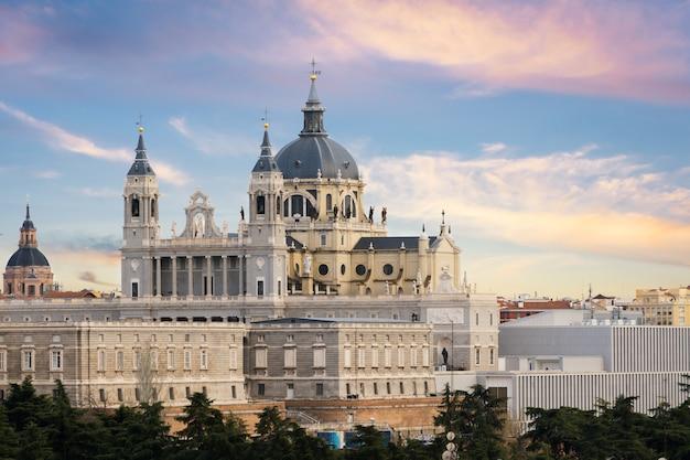 Paisagem de santa maria la real de la almudena catedral e do palácio real. Foto Premium