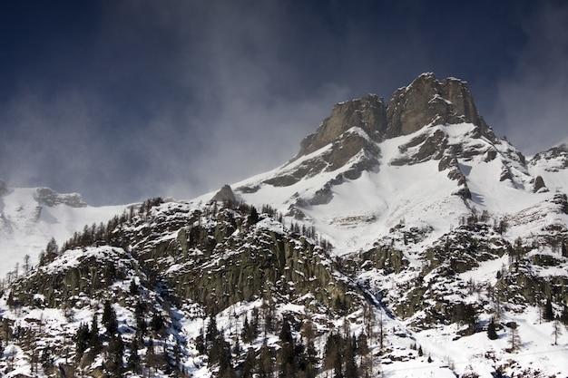 Paisagem de tirar o fôlego com montanhas cobertas de neve sob um céu nublado Foto gratuita