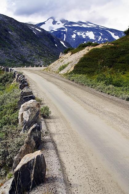 Paisagem de tirar o fôlego da atlanterhavsveien - estrada do oceano atlântico sob um céu nublado na noruega Foto gratuita