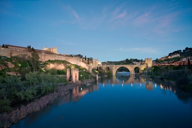 Paisagem de toledo, património mundial do unesco. edifício histórico perto de madrid, espanha. Foto Premium