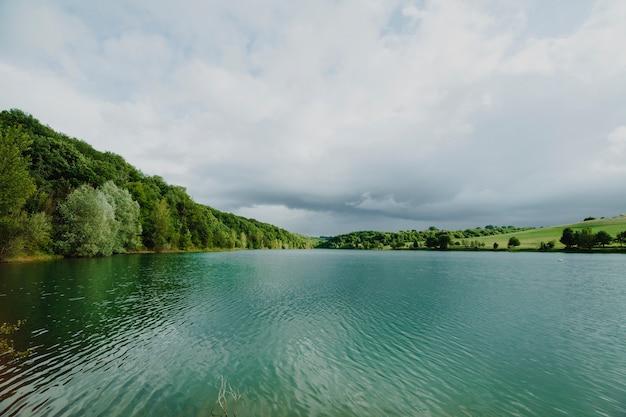Paisagem, de, um, lago, cercado, por, montanhas Foto gratuita