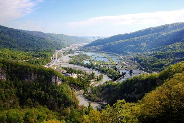Paisagem de verão com rio e montanha Foto Premium