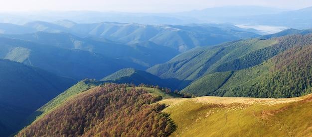 Paisagem de verão em um dia ensolarado. panorama montanhoso com colinas e floresta estacional decidual nas encostas Foto Premium