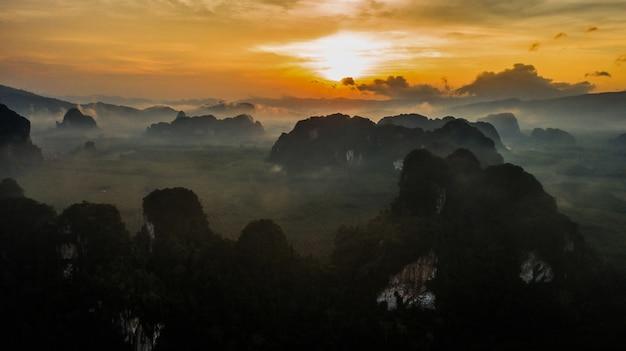 Paisagem de vista aérea da montanha na hora do crepúsculo, krabi tailândia Foto Premium