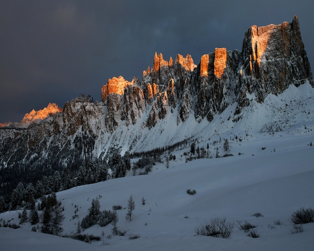 Paisagem deslumbrante das rochas cobertas de neve em dolomiten, alpes italianos no inverno Foto gratuita