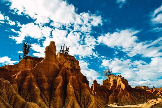 Paisagem do ermo. montanhas e céu nublado. deserto tatacoa na colômbia Foto gratuita
