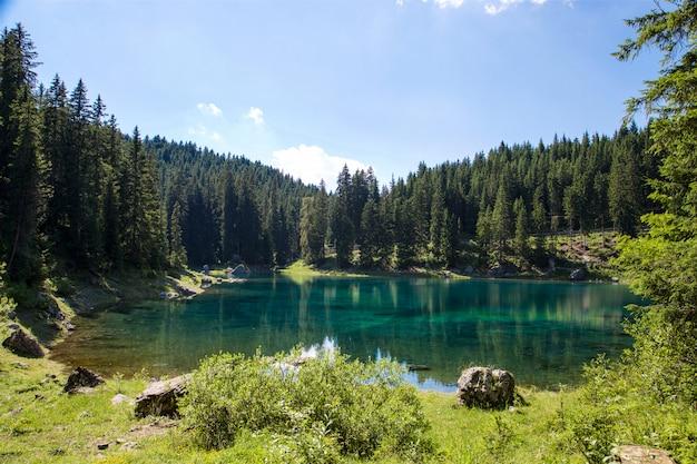 Paisagem do lago em trentino alto adige Foto Premium