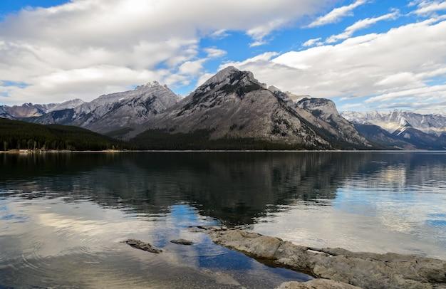 Paisagem do lago minnewanka no parque nacional de banff, alberta, canadá Foto Premium