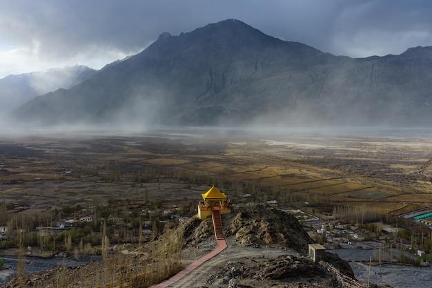 Paisagem do monastério de diskit no vale de nubra de ladakh, kashmir, india. Foto Premium