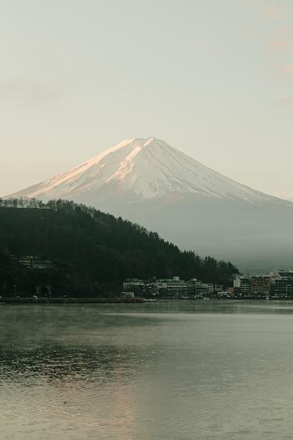 Paisagem do mountain view de fuji e do lago kawaguchiko no nascer do sol da manhã, estações do inverno no yamanachi, japão. Foto Premium