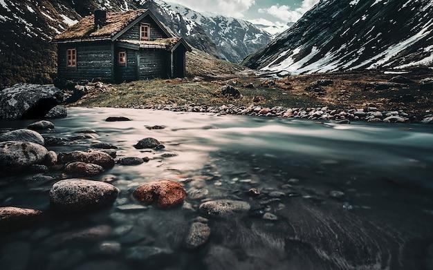 Paisagem do norte. casa nas montanhas Foto Premium