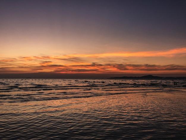 Paisagem do oceano durante um belo pôr do sol - perfeito para papéis de parede Foto gratuita