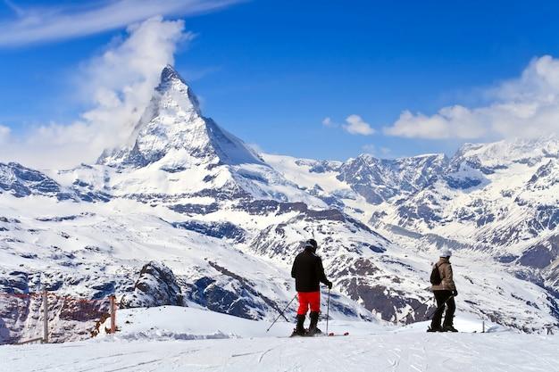 Paisagem do pico ski e matterhorn, logotipo do chocolate toblerone, localizado em gornergrat na suíça Foto Premium