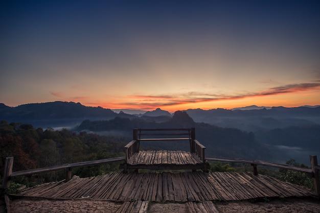 Paisagem do ponto de vista e da montanha na manhã, tailândia. Foto Premium