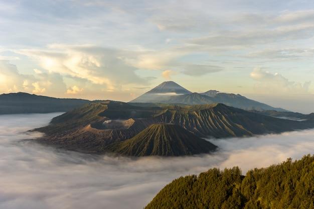 Paisagem do vulcão ao nascer do sol Foto gratuita