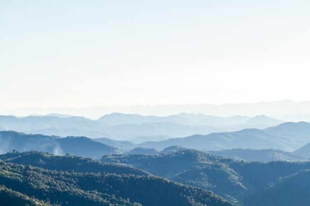 Paisagem e horizonte da montanha Foto gratuita