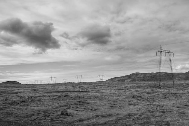 Paisagem elétrica em preto e branco Foto gratuita