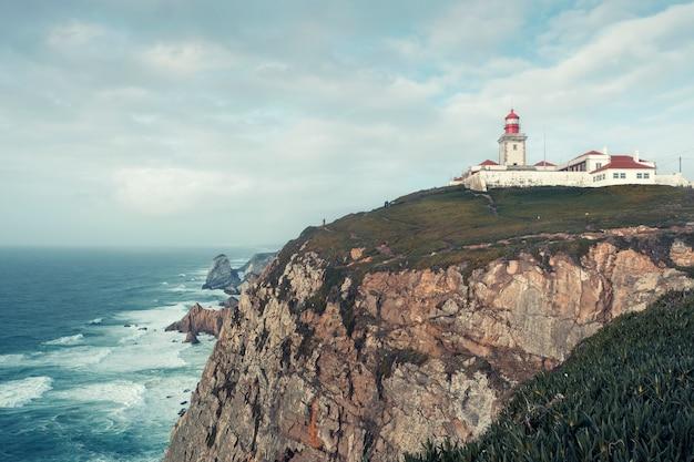 Paisagem, farol cape roca em uma rocha íngreme nas margens do oceano atlântico em portugal Foto Premium